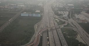 Flygsikt av den upptagna motorvägen i rusningstid royaltyfri bild