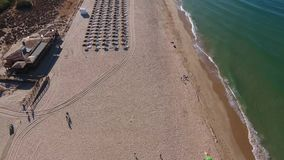 Flygskytte över stranden Falesia med turister på sunbeds på ferie stock video