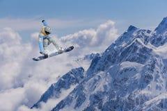 Flygsnowboarder på berg extrem sport Fotografering för Bildbyråer