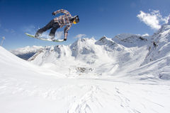 Flygsnowboarder på berg extrem sport Royaltyfri Bild