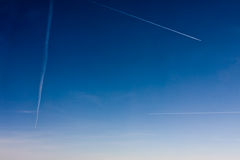 Flygtrafik FlygplanContrails över Paris, Europa arkivfoton