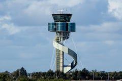 Flygtrafik kontrollerar står hög Royaltyfri Bild