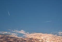 Flygtrafik ovanför molnen Royaltyfri Foto