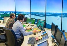 Flygtrafikkontrollanter i flygtrafiksimulatormitt Arkivbilder