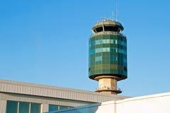 Flygtrafikkontrolltorn i den Vancouver YVR flygplatsen Royaltyfri Fotografi