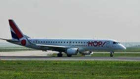 FLYGTUR! Embraer som åker taxi i den Frankfurt flygplatsen, FRA stock video