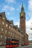 Flygtur-på flygtur-av turnerar bussen i Köpenhamn Arkivfoton