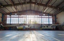 Flygutrustningreparationer i hangaren Royaltyfri Fotografi