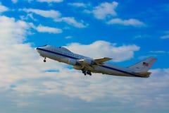 Flygvapen en - U.S.A.F. Boeing E-4B - presidents- nivå för domedagnivå 50125 - den luftburna kommandostolpen för det nationella n Arkivbild