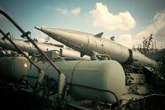 Flygvapen flygplan, historia, framsteg, utveckling Texturerad gammal raketgevär för grunge, bakgrund för blå himmel gammalt royaltyfria foton
