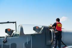 Flygvapenpersonalpåfyllningar tankar till olja F-16 på kungligt flygvapen Arkivfoton