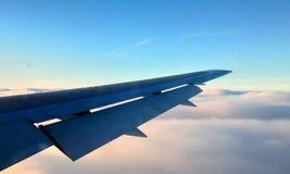 Flygvinge över cloulden Arkivbilder