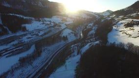 Flyiing au-dessus des alpes en Autriche Silhouette d'homme se recroquevillant d'affaires clips vidéos