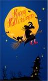Κάρτα της νύχτας αποκριών: μάγισσα και μαύρη γάτα flyin Στοκ Εικόνες
