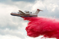Flying aerial firefighting pour water Royalty Free Stock Photography