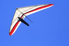 Flying in a blue sky. Delta wing flying over the lake of valle de bravo, in mexico Stock Photo