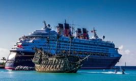 Flying-Dutchman neben dem Wunder DisneyCruise-Linie in der schiffbrüchigen Cays-Lagune Lizenzfreie Stockfotos