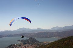 Flying over the mountains. Couple flying over the lake of valle de bravo, in mexico Royalty Free Stock Photo