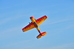 Flying the plane performs aerobatics in the sky Royalty Free Stock Photography