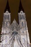 Flykten som videomapping ljus projektion på den Sanka Ludmila kyrkan i Prague av Laszlo Zsolt Bordos på festivalen för signalljus Arkivfoto