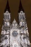 Flykten som videomapping ljus projektion på den Sanka Ludmila kyrkan i Prague av Laszlo Zsolt Bordos på festivalen för signalljus Arkivbilder