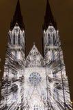 Flykten som videomapping ljus projektion på den Sanka Ludmila kyrkan i Prague av Laszlo Zsolt Bordos på festivalen för signalljus Royaltyfri Bild