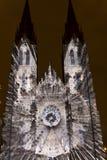 Flykten som videomapping ljus projektion på den Sanka Ludmila kyrkan i Prague av Laszlo Zsolt Bordos på festivalen för signalljus Fotografering för Bildbyråer