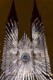 Flykten som videomapping ljus projektion på den Sanka Ludmila kyrkan i Prague av Laszlo Zsolt Bordos på festivalen för signalljus Arkivbild