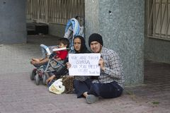 Flyktingar från Syrien frågar för hjälp på gatan i Istanbul, Turkiet Royaltyfria Foton