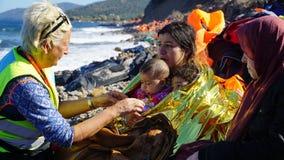 Flyktingar hade precis ankommit till kusten arkivbilder