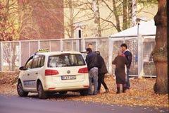 Flyktingar i Berlin som stoppas en taxi, Spandau, Oktober 29, 2015 royaltyfri bild