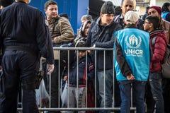 Flyktingar, män och barn som står och väntar för att korsa den KroatienSerbien gränsen, på Sid-drevstationen på den Balkans rutte arkivbilder