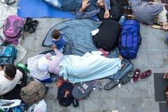 Flyktingar och migranter strandade på Keletien Trainstation i knopp Arkivfoton