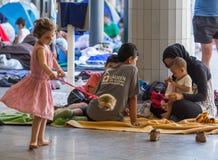 Flyktingar på den Keleti drevstationen i Budapest Royaltyfria Bilder