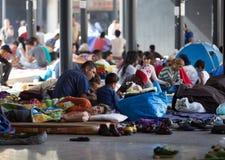 Flyktingar på den Keleti drevstationen i Budapest Arkivbild