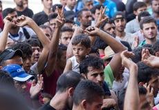 Flyktingar protesterar på den Keleti drevstationen i Budapest Royaltyfria Bilder