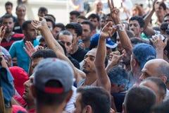 Flyktingar protesterar på den Keleti drevstationen i Budapest Arkivbild