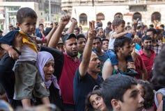Flyktingar protesterar på den Keleti drevstationen i Budapest Royaltyfri Foto