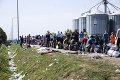 Flyktingar som bildar en väntande linje i Tovarnik Royaltyfri Fotografi