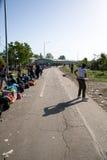 Flyktingar som bildar en väntande linje i Tovarnik Royaltyfri Foto