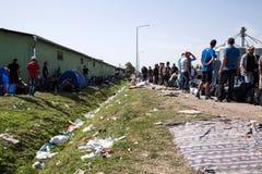 Flyktingar som bildar en väntande linje i Tovarnik Arkivfoton