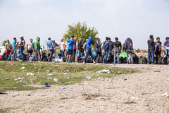 Flyktingar som bildar en väntande linje i Tovarnik Royaltyfria Foton