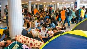 Flyktingar som campar på den Keleti drevstationen i Budapest Arkivbilder