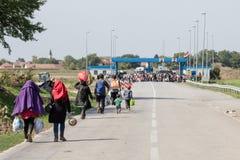 Flyktingar som framme samlar av denKroatien gränsövergången av Sid Tovarnik på den Balkans rutten, under flyktingkrisen royaltyfri foto