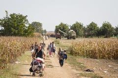 Flyktingar som går till och med fälten nära Kroatien Serbien, gränsar, mellan städerna av Sid Tovarnik på den Balkans rutten royaltyfria foton