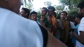 Flyktingar står i en kö för att motta humanitärt bistånd Delen är migranter från Syrien lager videofilmer