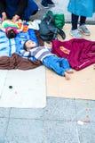 Flyktingbarn som sover på Keletien Trainstation i Budapest royaltyfri fotografi