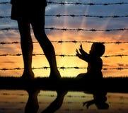 Flyktingfamiljbegrepp arkivfoton