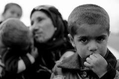Flyktinggrandmom och hennes sonsoner Arkivbild