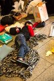 Flyktingpojke som sover på den Keleti drevstationen i Budapest arkivbild